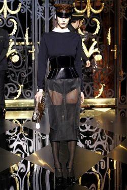 Louis-Vuitton-hiver-2012-pochette-et-casquette-de-chauffeur-toile-monogram-jupe-transparente